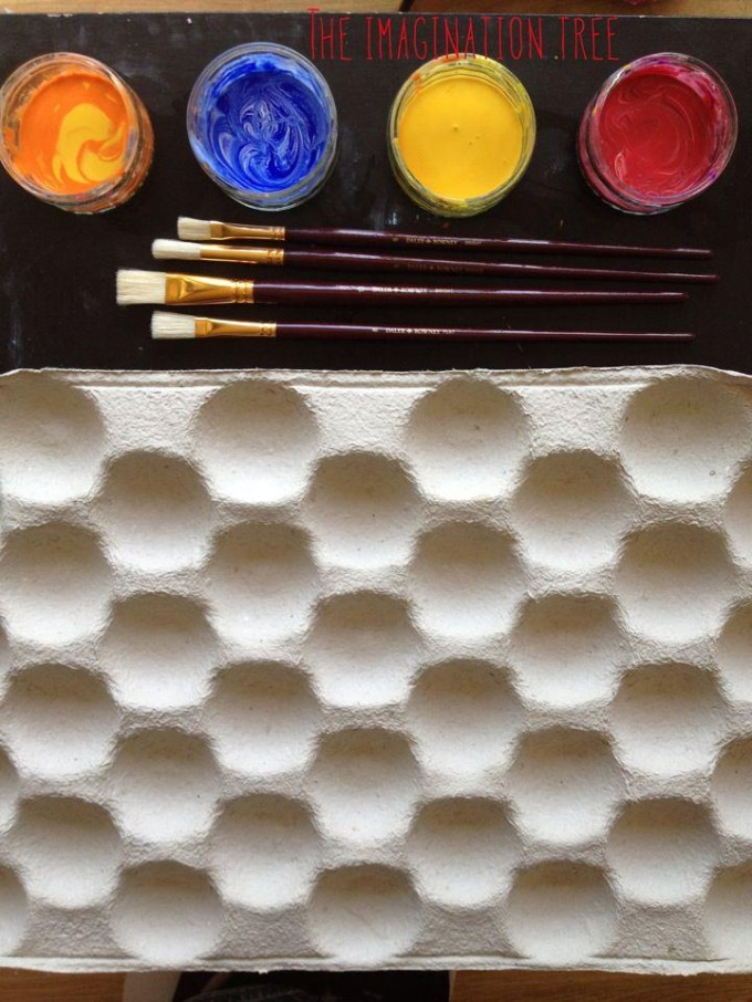 Invitation to create with a fruit box, paints and large brushes