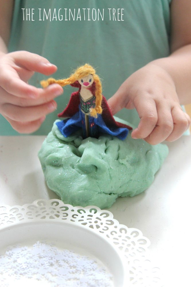 Frozen play dough and character peg dolls DIY