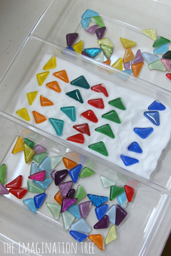 Pattern making with flat gems in a salt tray