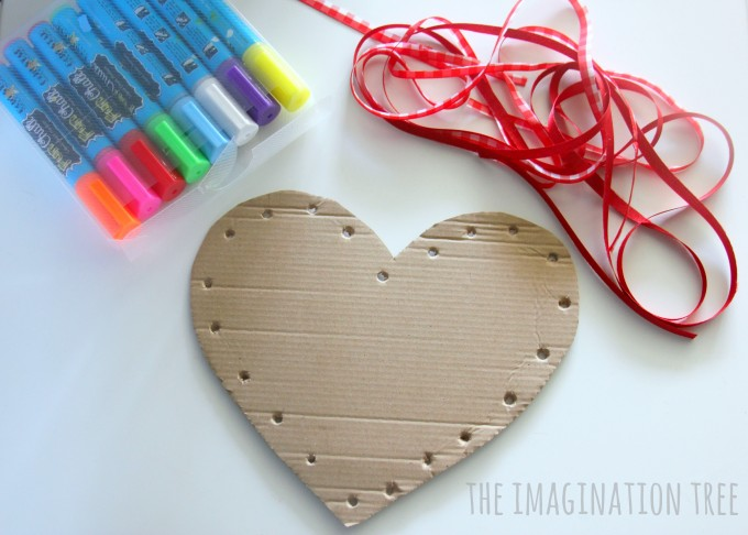 Invitation to decorate and lace a cardboard heart