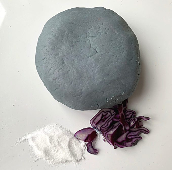 Blue natural dye using red cabbage and baking soda